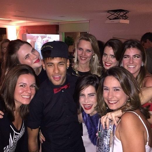 Neymar cưỡi trực thăng dự tiệc cùng hàng loạt siêu mẫu