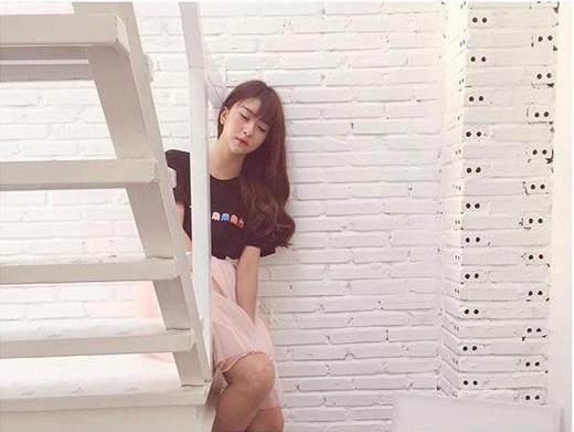 Trong loạt hình mới chụp gần đây, Quỳnh Anh Shynchia sẻ bức hình cô tạo dáng ngồi ngủ trên cây cầu thang trắng trông vô cùng lãng mạn. Khung cảnh xunh quanh Quỳnh Anh Shyn  được bao phủ bởi một màu trắng nên nhìn cô càng thêm xinh đẹp và cuốn hút. Hiện nay, Quỳnh Anh Shyn đang có khá nhiều dự án công việc tại Sài Gòn nên cô thường xuyên phải bay đi bay về giữa Sài Gòn - Hà Nội.