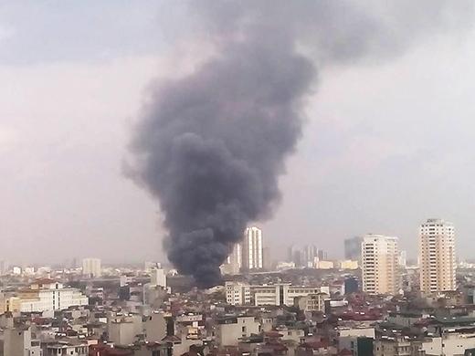 Đứng ở khu vực rất xa hiện trường vụ cháy nhưng vẫn có thể nhìn thấy cột khói đen bốc lên ngùn ngụt