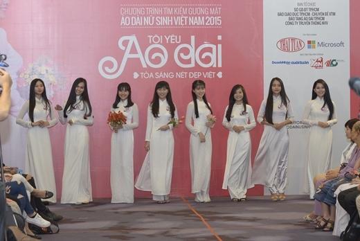 Các thí sinh tự tin và duyên dáng trong phần thi trình diễn trang phục áo dài nữ sinh.