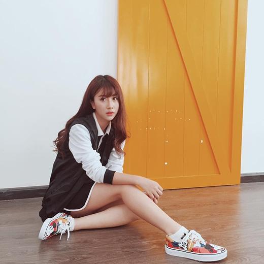Vẫn sử dụng hai gam màu trắng, đen cổ điển, Quỳnh Anh Shyn lại chọn mốt giấu quần gợi cảm. Đôi giày thể thao nhiều màu sắc góp phần làm tăng thêm vẻ bắt mắt cho bộ trang phục khá đơn giản.