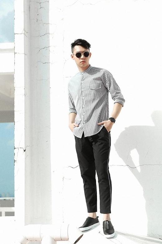 Nguyễn Duy Idol chỉn chu, lạ mắt với quần thun dài kết hợp sơ mi kẻ sọc trắng, đen.