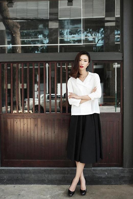 Chân dài Trần Thanh Thủy cũng chọn sự thanh lịch, đơn giản làm phong cách chủ đạo. Cô kết hợp áo cổ chéo phom rộng cùng chân váy chữ A xếp ly điệu đà, nữ tính.