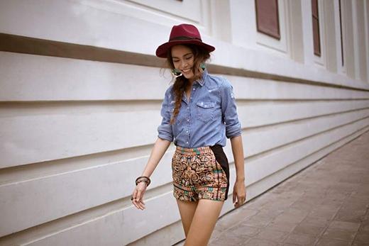 Mâu Thanh Thủy bụi bặm, cá tính với quần short họa tiết kết hợp áo jeans denim dài tay. Chiếc mũ fedora cùng hoa tai to bản càng thể hiện đậm nét hình ảnh của những cô gái bohemian.