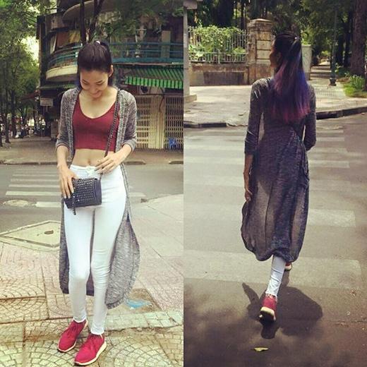 Crop top vẫn là lựa chọn yêu thích của Hoàng Thùy cho vòng eo thon gọn. Cô kết hợp item yêu thích này cùng quần legging trắng và áo khoác cardigan xám dáng dài.