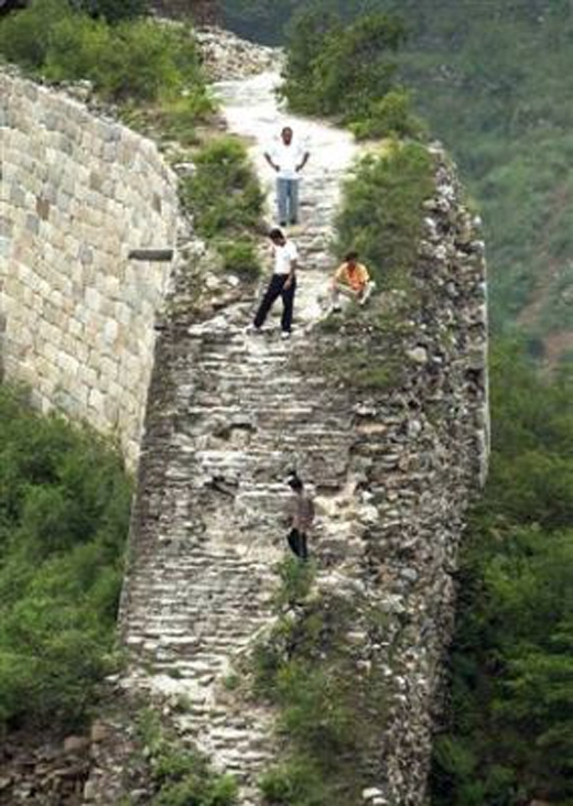 Người dân lấy gạch của tòa thành để xây nhà