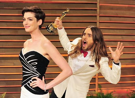 """Jared Leto cầm trong tay giải Oscar của mình để """"photobomb"""" nữ diễn viên xinh đẹp Anne Hathaway."""