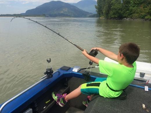 Cậu bé đó có tên là Kegan Rothman đã cùng bố mình và một hướng dẫn viên thả câu trên sông Fraser.