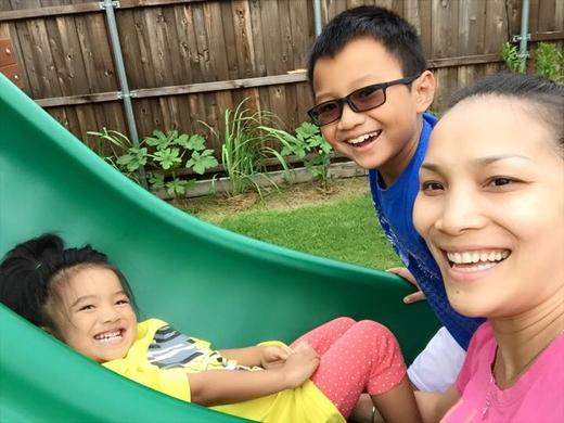 Nữ ca sĩ Hồng Ngọc đã chia sẻ những khoảnh khắc của cô và các con đang rất thoải mái bên nhau. Sau khoảng thời gian xa nhà để thực hiện lịch trình của mình, thì đây là lúc mà cô cảm thấy vui vẻ và hạnh phúc nhất khi được ở bên các con.