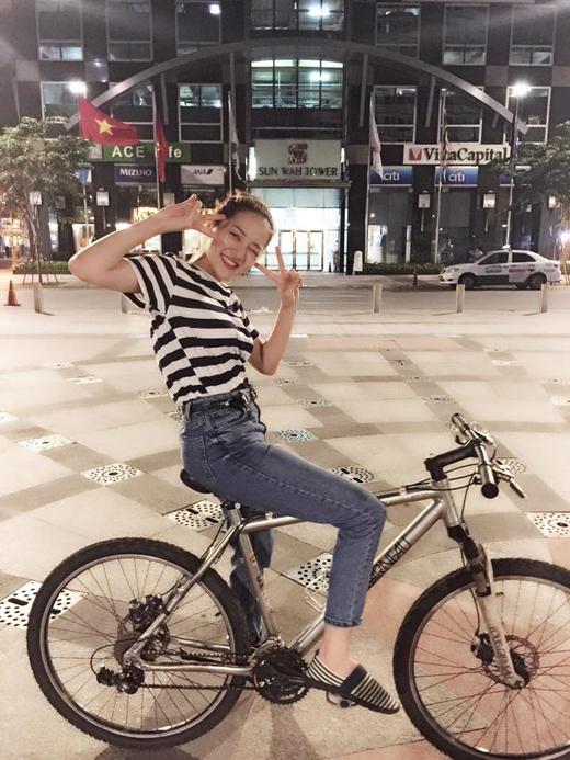 Bảo Anh đã gửi đến các fans của mình hình ảnh cô nàng ngồi trên chiếc xe đạp với nội dung nếu cô muốn chạy xe đạp xuống Long An diễn thì mọi người sẽ ủng hộ chứ. Ngay lập tức, các fans của nữ ca sĩ đã để lại những bình luận hài hước về hành động này của cô và với hình ảnh khỏe khoắn này của Bảo Anh, các fans của cô đã có thể yên tâm hơn về sức khỏe của thần tượng, khi mới đây cô nàng này còn rên rỉ là mình đang bị ốm trên trang cá nhân.