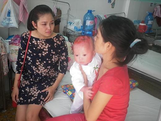 Một số người khi chứng kiến bệnh tình và hoàn cảnh của bé Lộc đã không cầm được nước mắt.