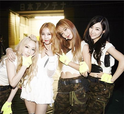 Yuri khoe ảnh cùng Taeyeon và Tiffany chụp ảnh với đàn chị BoAtrong hậu trường SM Town concert.