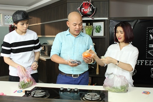 Gil Lê và Hòa Minzy trổ tài đi chợ.