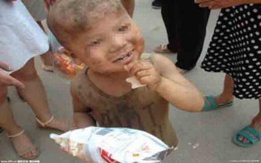 Đau lòng bé trai 7 tuổi bị nhốt trong chuồng lợn suốt 1 năm trời