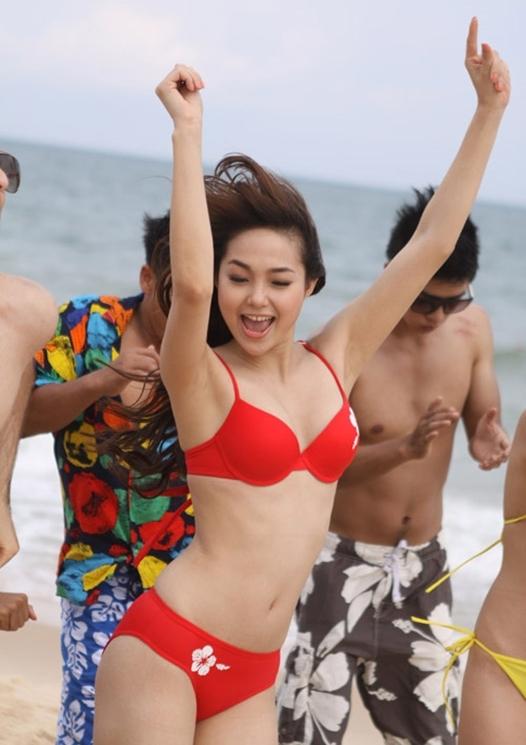Minh Hằng vô tưnhảy múa gây thích thú cho nhiều khách du lịch tại bãi biển. - Tin sao Viet - Tin tuc sao Viet - Scandal sao Viet - Tin tuc cua Sao - Tin cua Sao