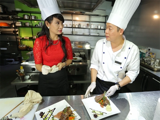 Với những kinh nghiệm nấu ăn thực tế, Jack Lee đã chia sẻ đến NSƯT Mỹ Uyênkiến thức kết hợp nguyên liệu tốt cho sức khỏe để tạo nên một món ăn ngon miệng.
