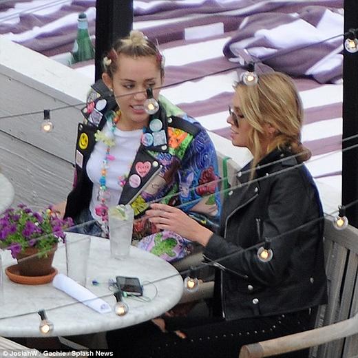 Miley Cyrus cực kì ga-lăng khi hẹn hò bạn gái