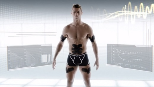 Ronaldo khoe cơ bụng 6 múi cực quyến rũ