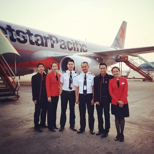 Quang Đạt và những đồng nghiệp của anh trong hãng hàng không.