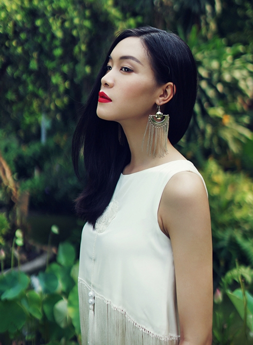 Hoa hậu Thùy Dung kết hợp cả crop-top tua rua cùng hoa tai ánh kim to bản diện theo kiểu một bên.