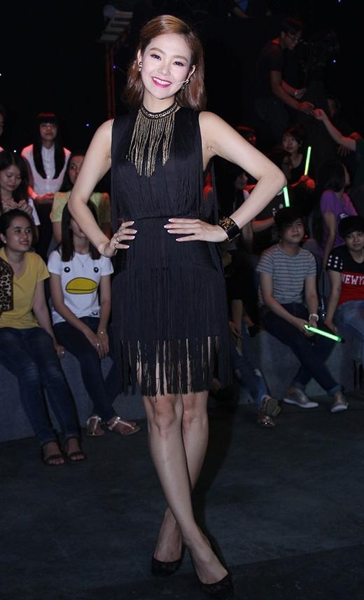 Vòng cổ tua rua được Minh Hằng kết hợp hài hòa với bộ váy đen cùng chi tiết.