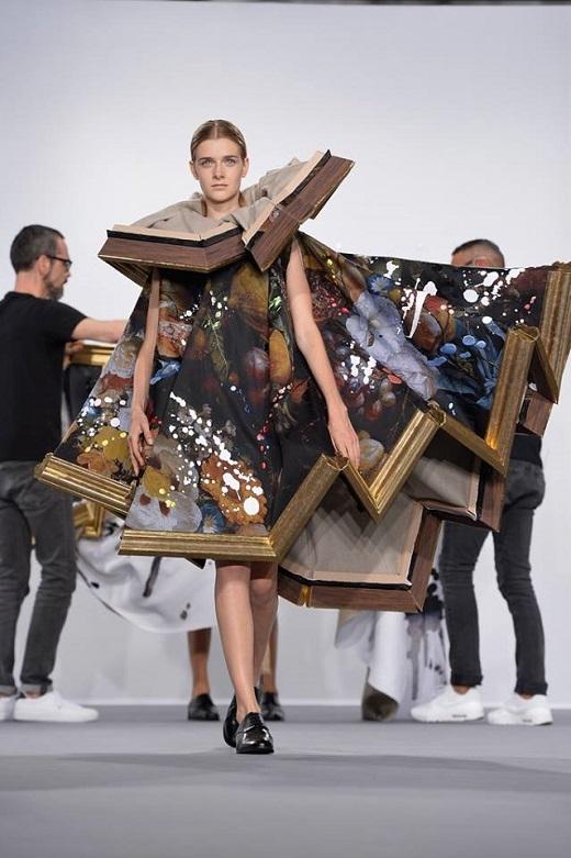 Thiết kế độc đáo vô cùng cầu kỳ làm từ khung tranh, họa tiết sơn dầu bắt mắt. Các đường xếp li, nếp gấp ở phần cổ và đuôi váy tạo nên hiệu ứng đặc biệt. Hai nhà thiết kế đã phải tốn rất nhiều công sức để hoàn thành bộ trang phục ấn tượng này.