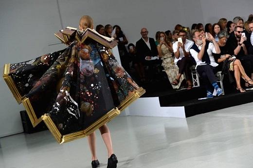 Người mẫu trong trang phục độc đáo tự tin sải bước trên sàn catwalk.