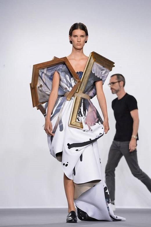 Những khung gỗ thô cứng kết hợp ăn ý cùng chất liệu vải mềm mại khiến bộ trang phục trở thành một hình thức nghệ thuật độc đáo.