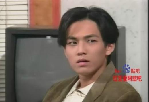 Hà Dĩ Thâm Chung Hán Lương năm 19 được mời diễn vai Chung Trấn Đào trong Thiếu Niên Ngũ Hổ.Trái hẳn với khuôn mặt nam tính bây giờ, thời đó Tiểu Wa vẫn chỉ là anh chàng có khuôn mặt khá ngốc nghếch và đáng yêu.