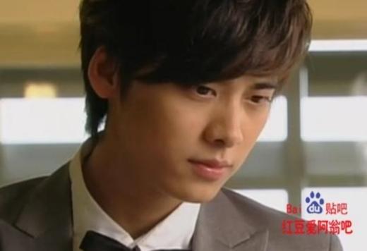 Năm 23 tuổi, Lý Dịch Phong vào vai Hạng Siêu Duẫn trong Hạnh Phúc Ngày Nắng.Dù vẫn rất điển trai nhưng có lẽ vì chưa định hình được phong cách nên anh không nổi bật như bây giờ.