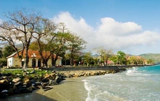 Sóng biển vỗ rì rào ngay bên cạnh khu dân cư.
