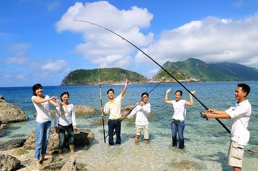 Một nhóm du khách hào hứng câu cá ở Côn Đảo.