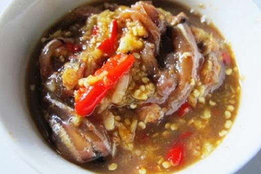 Mắm Nhum được chế biến từ con nhum hay còn gọi là nhím biển, có mùi thơm nồng nàn, vị mặn, chua, ngọt lẫn vào trong hương vị riêng của thịt nhum, tạo thành một thứ mắm đầy quyến rũ khi đã thưởng thức một lần.
