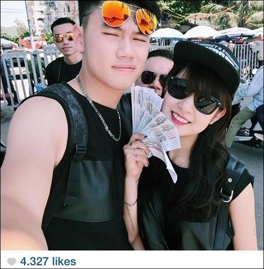 Cô em gái của chàng hot vlogHuyMe - Trang Lou hiện đang được rất nhiều bạn trẻ quan tâm và yêu mến. Không chỉ xinh đẹp và cá tính,Trang Lou hiện còn đang là bà chủ nhỏ của một cửa hàng thời trang do cô và bạn trai cùng quản lý. Chuyện tình yêu của cô và bạn trai cũng nhận được rất nhiều sự ủng hộ từ gia đình, người thân, bạn bè.