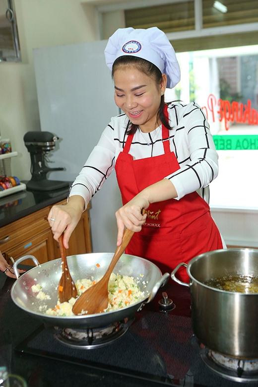 Thu Minh trốn chồng con đi nấu ăn cho bệnh nhân nghèo - Tin sao Viet - Tin tuc sao Viet - Scandal sao Viet - Tin tuc cua Sao - Tin cua Sao