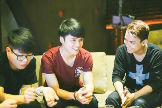 Các thí sinh trong team Mỹ Tâm đang tập trung lắng nghe lời khuyên từ thuyền trưởng. - Tin sao Viet - Tin tuc sao Viet - Scandal sao Viet - Tin tuc cua Sao - Tin cua Sao