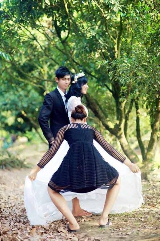 Nhân viên giữ váy rất chuyên nghiệp (nguồn: facebook Minh Thành)