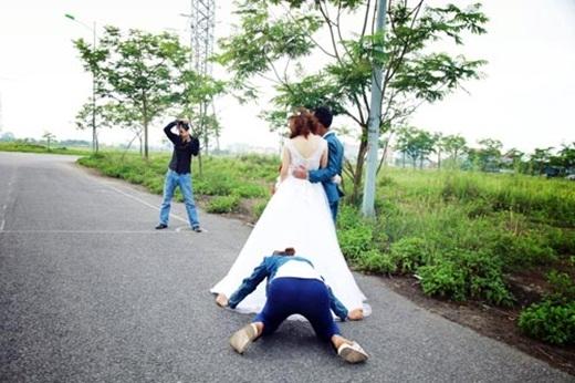 Đây là bí kíp để những chiếc váy trong ảnh cưới đều tung bay một cách kì diệu (nguồn: facebook Minh Thành)