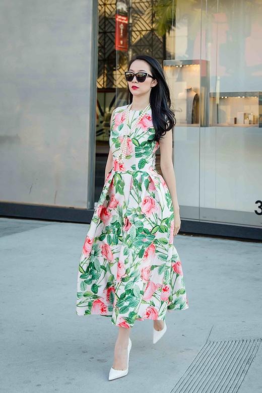 Linh Nga nổi bật giữa đường phố Mỹ khi diện chiếc váy xòe với phom cổ điển được in họa tiết hoa hồng độc đáo.