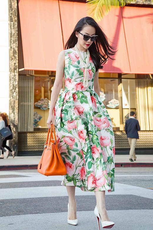 Kiểu dáng khá đơn giản được tạo điểm nhấn bằng những chi tiết gấp nếp ở chân váy khá tỉ mỉ, tinh tế.