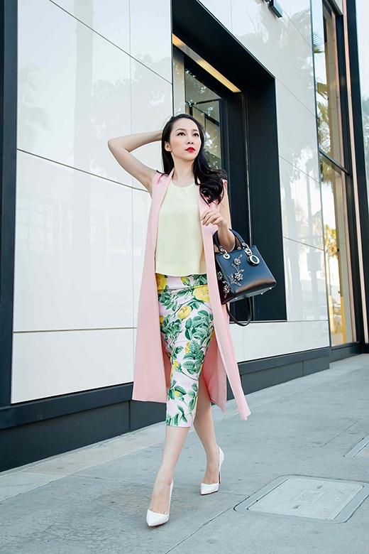 Chiếc áo phom rộng kết hợp chân váy in họa tiết hoa hồng cùng blazer khoác ngoài tông hồng pastel lại mang đến hình ảnh một người phụ nữ hiện đại, trẻ trung, cá tính hơn.