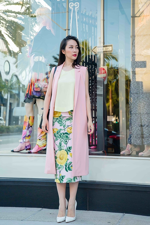 Linh Nga diện váy hoa hồng nổi bật trên đường phố Mỹ