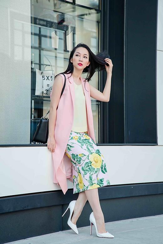 """Tổng thể tạo nên sự hài hòa, cân bằng về màu sắc bởi tông màu pastel hợp mốt trong mùa Xuân - Hè 2015. Đây cũng chính là những mẫu thiết kế mới nhất nằm trong BST """"La Vie En Rose"""" (Cuộc sống màu hồng) của NTK Đỗ Mạnh Cường được trình làng vào trung tuần tháng 6 vừa qua tại Mỹ."""