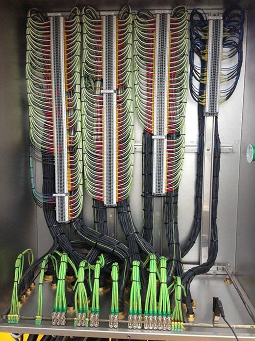 Thay vì rối beng một đống, những đường dây diện được sắp xếp gọn gàng, đẹp mắt thế này đây!