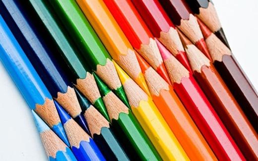 Những chiếc bút chì màu được chuốt nhọn và sắp xếp vừa khít.