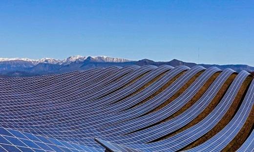 Những tấm bảng thu năng lượng mặt trời ở Pháp được thiết kế đẹp như sóng biển.