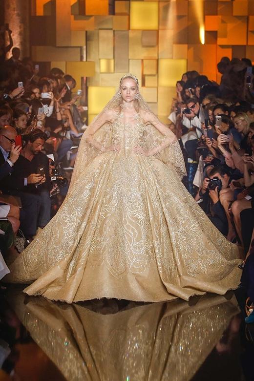 Như thường lệ, Elie Saab luôn kết màn cho show diễn bằng chiếc váy cưới bồng bềnh, lãng mạn cùng những họa tiết đính kết một cách công phu, tỉ mỉ. Đây cũng chính là màu sắc cá nhân, là tuyên ngôn thời trang giúp nhà mốt Li-Băng khẳng định tên tuổi trong làng thời trang thế giới.