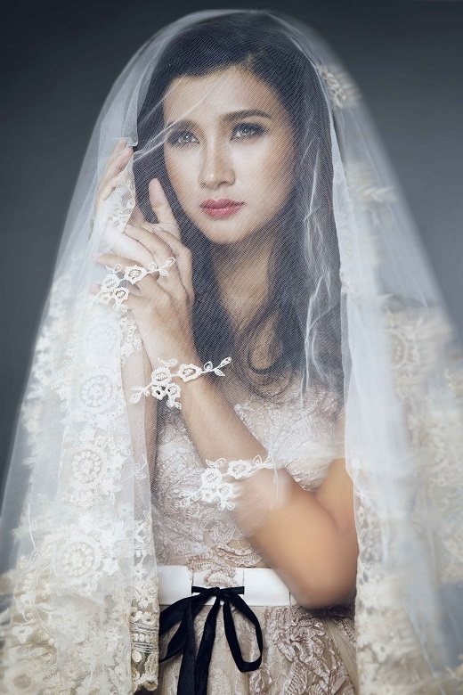 Nữ diễn viên đầy ma mị, cuốn hút trong trang phục váy cưới họa tiết ren kiêu kì.