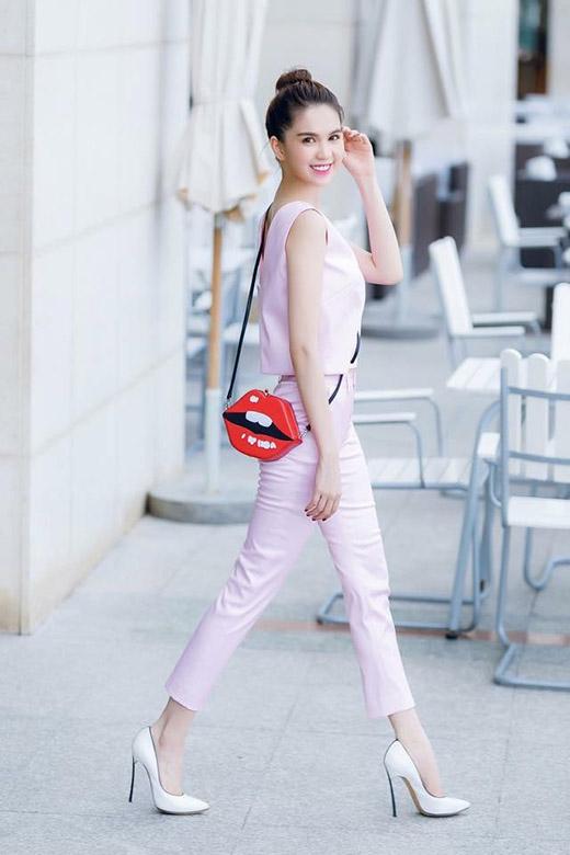 Tuy nhiên, nếu như Ngọc Trinh lựa chọn phong cách thời trang nhẹ nhàng, nữ tính với cả cây hồng pastel kết hợp áo phom rộng cùng quần legging bó sát...