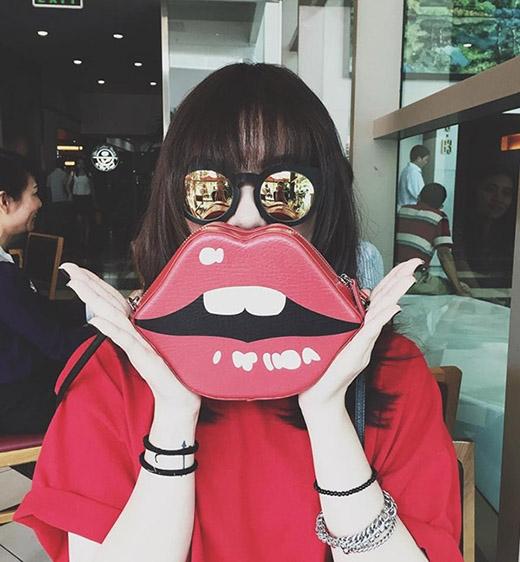 Là một trong những ngôi sao có phong cách thời trang đường phố nổi bật nhất, nhì của làng giải trí Việt, Yến Nhi cũng sở hữu một chiếc túi tương tự.
